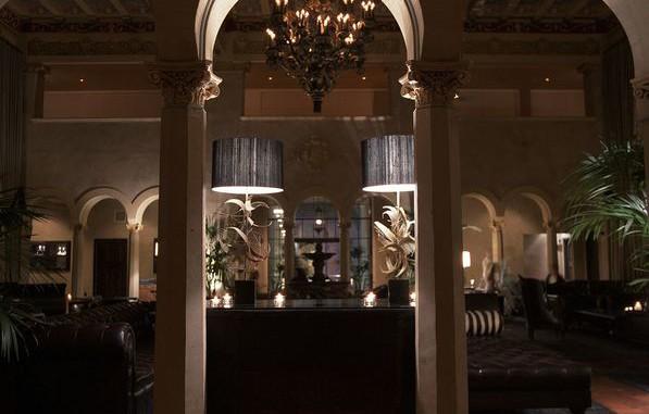 Hollywood Roosevelt Montgomery Clift och Marilyn Monroe har bott på detta hotell och en blond kvinna ska ses i spegeln på Monroes svit. Hon ska också varit observerad vid poolbaren, och på Clifts rum 928 spelas det ständigt trombon.